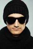 stilfull solglasögon för svart man för kläder mörk royaltyfri fotografi