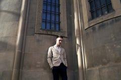 Stilfull stående av en stilig ung man Fotografering för Bildbyråer