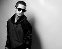 Stilfull stående för ung man för mode arkivbilder