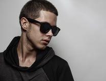 Stilfull stående för ung man för mode arkivfoto