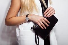 Stilfull svart klocka och koppling arkivfoto