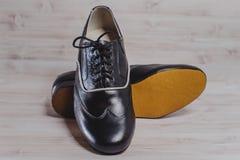 Stilfull svart man` s tillverkade skor för sällskapsdans Arkivbilder