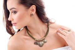 Stilfull tillbehör på kvinna Halsband med tättsittande halsband på hals och örat Arkivbild