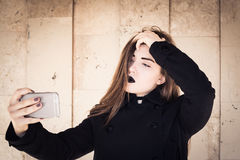 Stilfull tonårs- flicka med svart läppstift Royaltyfri Fotografi