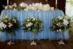 Stilfull trendig bröllopbågeceremoni dekorerade med olika blommor för blått och för vit illustration för design för bakgrundbakgr Arkivbild