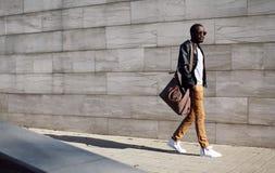 Stilfull ung afrikansk man för mode i solglasögon royaltyfri foto