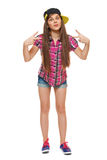 Stilfull ung flicka i ett lock, en skjorta och grov bomullstvillkortslutningar Gatastiltonåring, livsstil som isoleras på vit bak Fotografering för Bildbyråer
