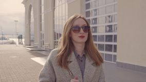 Stilfull ung flicka som strosar i port arkivfilmer