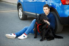 Stilfull ung grabb i trendig kläder med en hund royaltyfri bild
