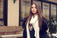 Stilfull ung kvinna Royaltyfri Bild