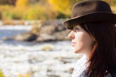 Stilfull ung kvinna som bär en hatt royaltyfri bild