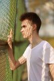 Stilfull ung man för stående i solig sommardag Royaltyfri Fotografi