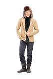 Stilfull ung man med vinterhatten royaltyfri foto