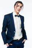 Stilfull ung man som bär den eleganta dräkten Royaltyfri Fotografi