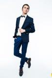 Stilfull ung man som bär den eleganta dräkten Arkivfoton