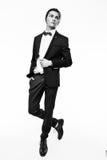 Stilfull ung man som bär den eleganta dräkten Arkivbilder