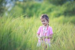Stilfull ungeflicka som ler i naturbakgrund Royaltyfria Foton