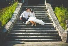 Stilfull ursnygg lycklig brunettbrud och elegant kyssa för brudgum royaltyfri bild