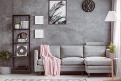 Stilfull vardagsrum med klockan Arkivbilder