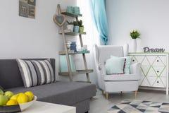Stilfull vardagsrum med mintkaramellgarneringar fotografering för bildbyråer