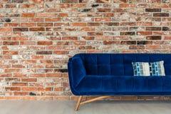 Stilfull vind med soffan arkivfoto