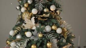 Stilfull vit för helgdagsaftoninre för nytt år design med dekorerade granträd Komforthem med julgranen som är full av guld- lager videofilmer