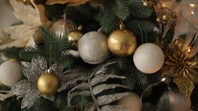 Stilfull vit för helgdagsaftoninre för nytt år design med dekorerade granträd Komforthem med julgranen som är full av guld- stock video