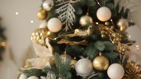 Stilfull vit jul som är inre med dekorerade granträd Komforthem med julträdet mycket av guld- garneringar lager videofilmer
