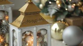Stilfull vit jul som är inre med dekorerade lyktor, spisen, lyktor, lampor, stearinljus, knuffar till Komforthem med arkivfilmer