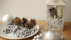 Stilfull vit jul som är inre med garneringar: bulor pärlor, lykta, lampa, stearinljus, leksaker Komforthem på nytt år stock video