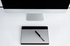 Stilfull workspace med datoren på hem Royaltyfri Foto