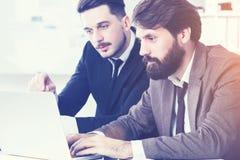 Stilfulla businesspeople som diskuterar aktuellt projekt arkivfoto