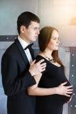 Stilfulla eleganta par som väntar en behandla som ett barn Royaltyfri Fotografi