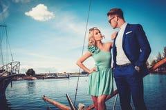 Stilfulla förmögna par på en lyxig yacht Royaltyfria Foton