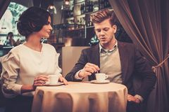 Stilfulla förmögna par som dricker kaffe Royaltyfri Fotografi