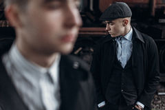 Stilfulla gangstermän som poserar på bakgrund av järnvägen england Arkivbild