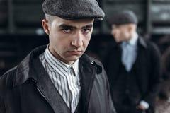 Stilfulla gangstermän som poserar på bakgrund av järnvägen england Royaltyfri Bild
