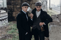 Stilfulla gangstermän som röker posera på bakgrund av järnvägen Royaltyfria Foton