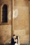 Stilfulla härliga par på bakgrunden av den gamla stenen kyrktar Arkivfoton