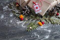 Stilfulla handgjorda julgåvor Arkivbild