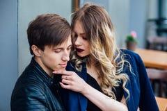 Stilfulla hipsterpar i det utomhus- kafét stående av sexiga par i stad Royaltyfri Foto