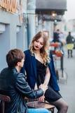 Stilfulla hipsterpar i det utomhus- kafét stående av sexiga par i stad Arkivbild