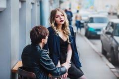 Stilfulla hipsterpar i det utomhus- kafét stående av sexiga par i stad Royaltyfria Bilder