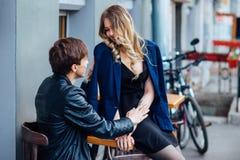 Stilfulla hipsterpar i det utomhus- kafét stående av sexiga par i stad Royaltyfri Fotografi