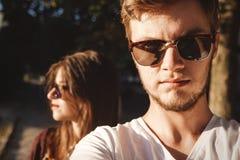 Stilfulla hipsterpar som gör selfie och omfamnar i solljus Förälskad görande självstående för lyckliga familjpar och posera in fotografering för bildbyråer