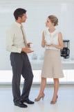 Stilfulla kollegor som har kaffe tillsammans Arkivfoto