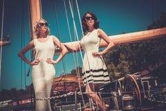 Stilfulla kvinnor på en yacht Royaltyfri Bild
