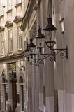 Stilfulla lyktor på neoclassic byggnad för 19th århundrade, judisk fjärdedel i Wien Royaltyfri Fotografi