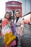 Stilfulla närvarande personer som samlar utanför 180 tråden för London Fashion Week royaltyfria bilder