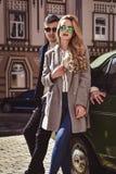 Stilfulla par i solglasögonstag på gatan Arkivfoton